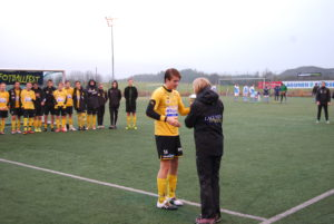 Os 1 sin kaptein blir tildelt pokal for 2.plass.