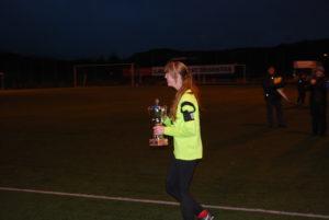 Fanas kaptein ble tildelt pokal for 1.plass.