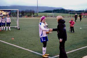 Gneist sin kaptein mottok pokalen for 1.plass i gruppen jenter 13.