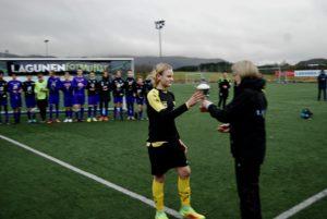 Os-kapteinen mottar pokal for 2.plass i Lagunen Fotballfest 2016.