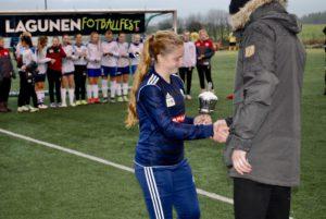 Bønes-kaptein mottar pokal for 2.plass i cupen.